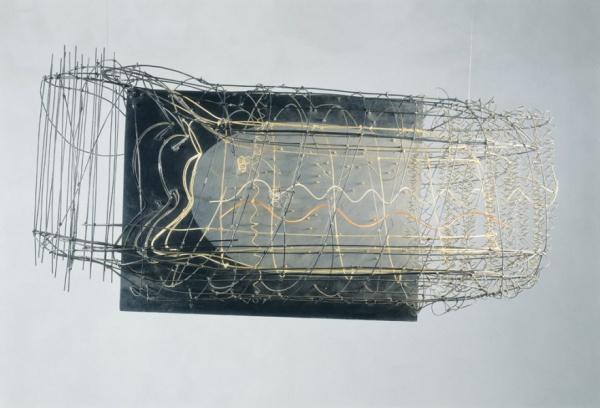 Vnitřní světlo II / 1977 / pozinkovaný vázací drát, hliníkový drát, mosazný drát, sololit, barva / 60'5×143'5×70 cm / Muzeum umění Olomouc / foto: Martin Polák