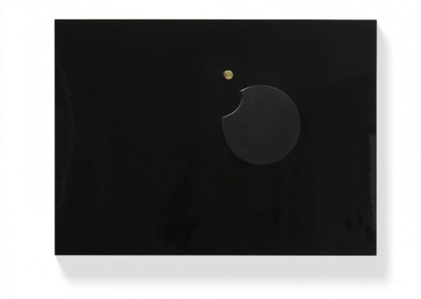Černý reliéfX/ 1970 / umělá hmota, plexi, dřevo, barva, lak, mosaz / 89'5×125 × 10'5 cm / soukromá sbírka / foto: Martin Polák