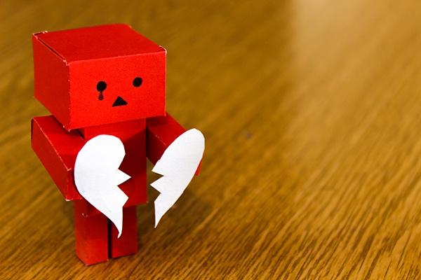 papírový panáček se srdcem